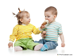 Girl-and-boy-eating-ice-cream-together